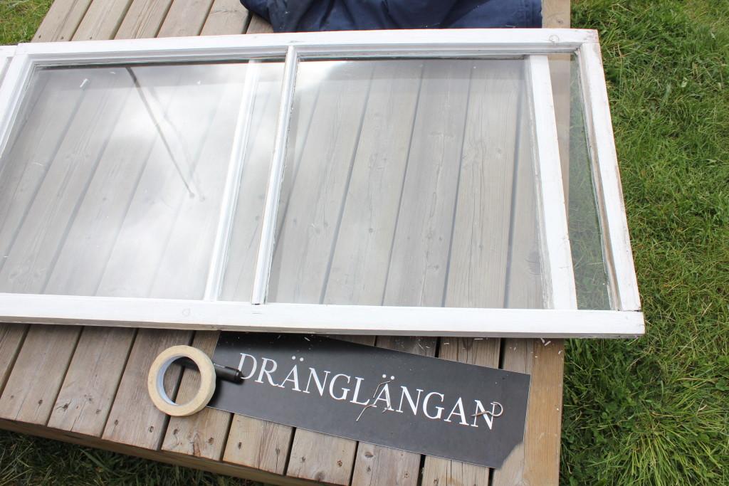 Yttre fönsterblad från Dränglängan ligger nedtagna för renovering.